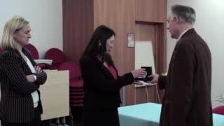 Une médaille de cristal pour Bernadette Tse Sum Bui